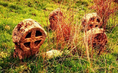 Krzyże na średniowiecznym cmentarzu w miejscowości Garlo, Bułgaria